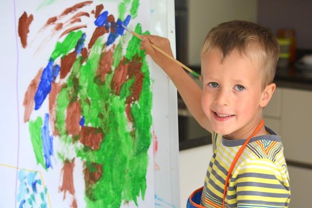 De fleste barn synes det er morsomt å utfolde seg kreativt. Tegning er en fin aktivitet å gjøre sammen med barna.
