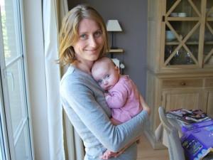 mor holder baby tett inntil seg