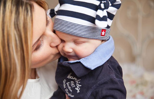 mor kysser barn
