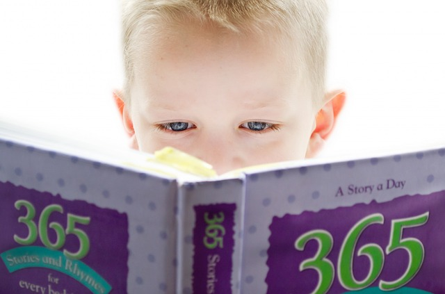 Et barn som leser en bok