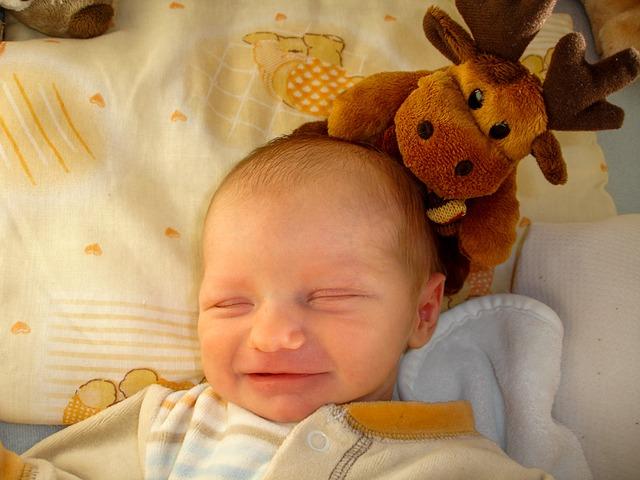 baby som sover og bamse