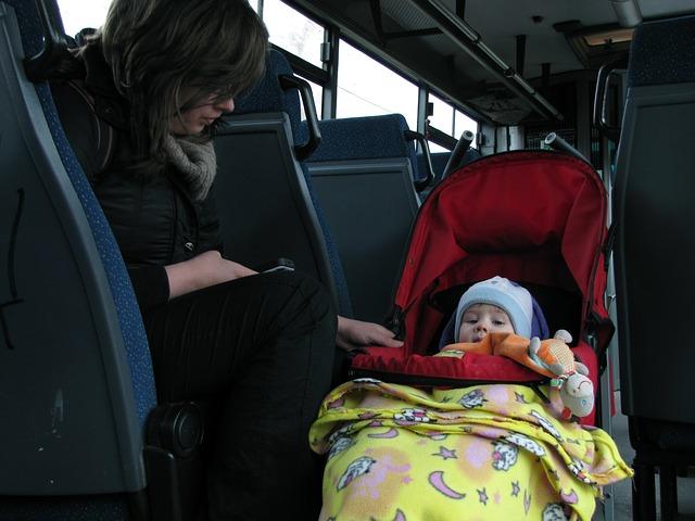 barn i barnevogn og mamma ved side av